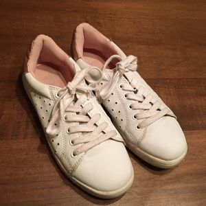 Women's white comfy sneakers